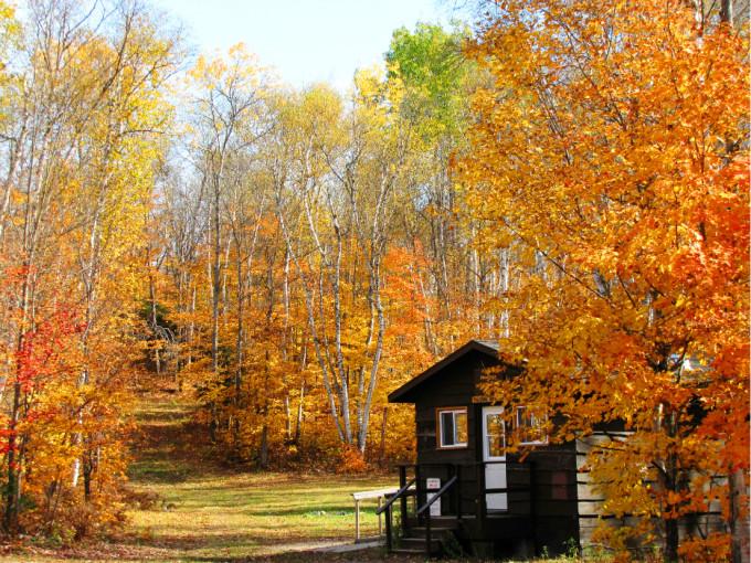 金秋之日,住在这可爱的小木屋里看枫起枫落,云卷云舒,一定是件特别