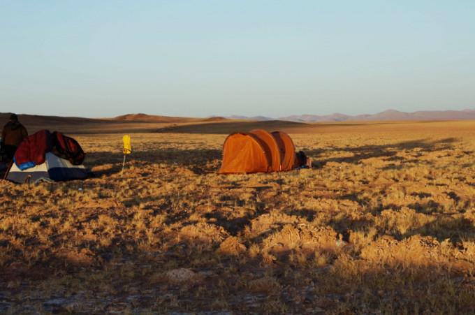远古的呼唤 在地球上,有这样一个地方,走几百公里远却看不到一个人,但却能邂逅许多的野生动物:藏羚羊、野牦牛、藏野驴、棕熊、狼这里是野生动物的天堂,这里是世界屋脊的脊梁骨,这个地方就叫羌塘。 羌塘在藏语中意思是北方的空地,特指藏北高原,平均海拔5000米以上,位于昆仑山脉、唐古拉山脉和冈底斯山脉之间。是世界上海拔最高、气候条件最恶劣的高原,也是我国四大无人区中最大的自然保护区。当四年前我徒步塔克拉玛干回来,中国女子探险队的队长就给我说过,探险队将策划一次穿越四大无人区的活动。我当即就表示我会第一个