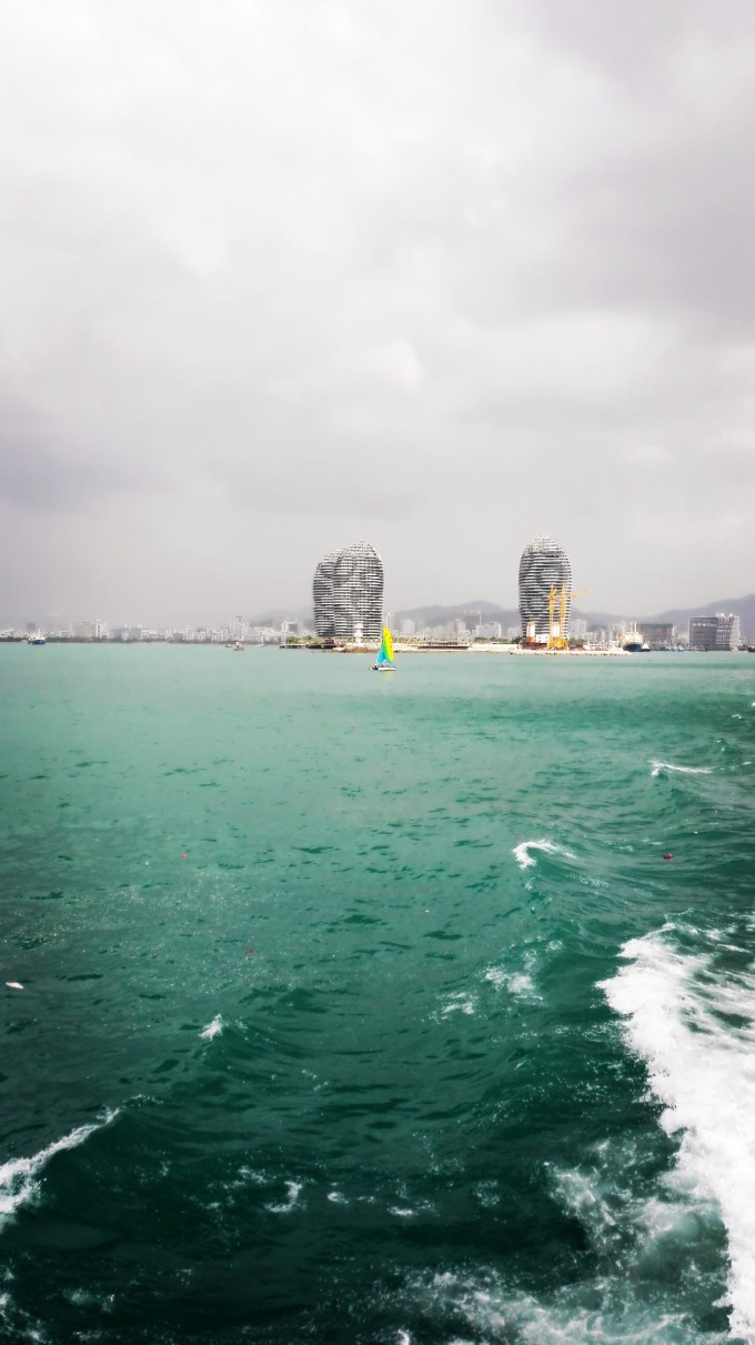 是凤凰岛,它是三亚地标式建筑