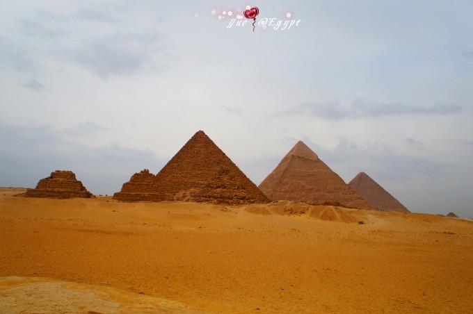 黑白色调的吉萨金字塔群显得更加有韵味,充满神秘.