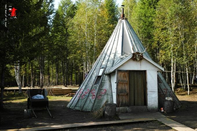 """↓↓鄂温克部落传统的房屋,""""撮罗子""""——用桦树皮制成的锥形房子,简约"""