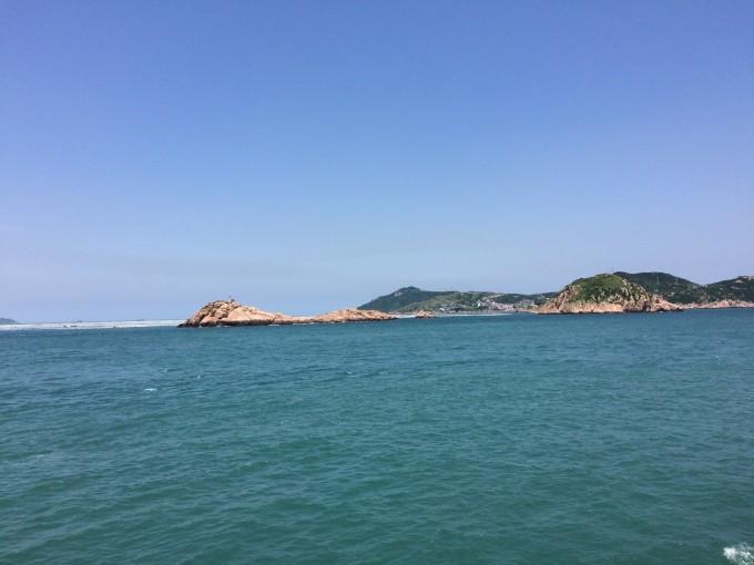 嵊泗岛)的海水据说是左边比较浑浊的,而枸杞岛的海水偏绿,好的天气