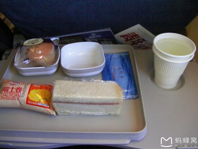 第一次坐飞机降落前,耳膜,脸颊痛,空姐还过来叫我把桌子收了,窗打开.