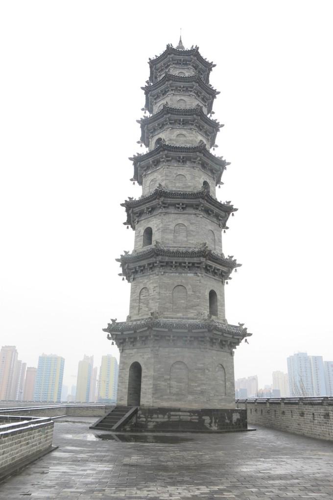 天津市蓟县,是中国仅存的三大辽代寺院之一,也是中国现存著名的古代建筑之一。独乐寺虽为千年名刹,而寺史则殊渺茫,其缘始无可考,寺庙历史最早可追至贞观十年(公元636年)。独乐寺占地总面积1.6万平方米,山门面阔三间,进深四间,上下为两层,中间设平座暗层,通高23米。寺内现存最古老的两座建筑物山门和观音阁,皆辽圣宗统和二年(公元984年)重建。民国十九年(1930年),独乐寺因相继被日本学者关野贞以及中国学者梁思成调查并公布而闻名海内外。独乐寺山门和观音阁为辽代建筑,其它都是明、清所建。全寺建筑分为东、中、西