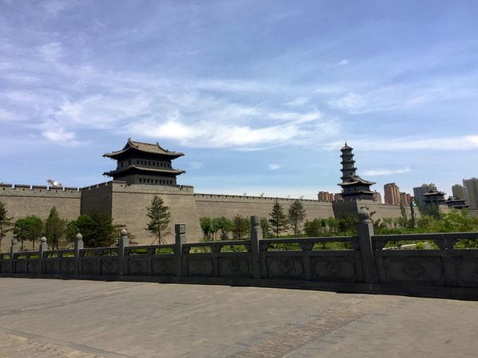 由于梁思成对大同城楼的测绘资料齐全,照片文献详实,而且城墙根基条石