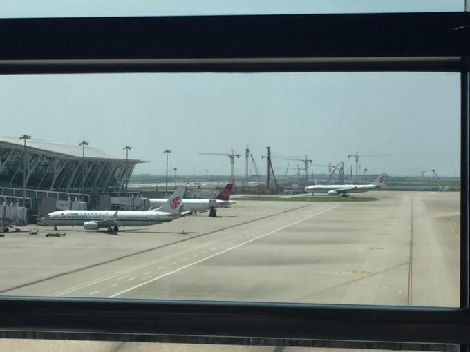 到上海虹桥火车站,之后,同伴说乘地铁要2小时左右到浦东机场而且还带