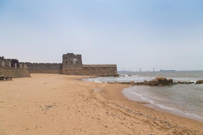 老龙头就是长城伸入海面的一段,设有兵营,还有一个山寨的八卦阵迷宫