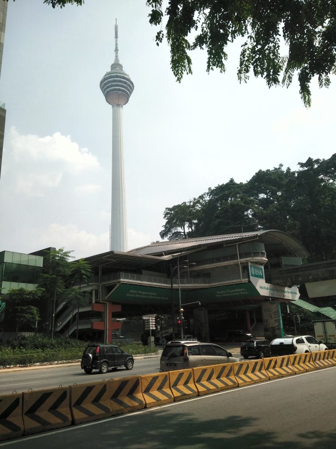 吉隆坡(Kuala Lumpur)是马来西亚的首都,也是马来西亚最大的城市,有世界锡都、胶都之美誉。西、北、东三面由丘陵和山脉环抱,巴生河穿城而过。 1860年建城,1963年成为马来西亚联邦的首都。短短的一个多世纪,便由泥泞的河口,一跃而成为著名的观光城市。昔日的矿业小镇,如今高楼林立,交通四通八达,贸易鼎盛,活力无穷,已成为拥有面积243.