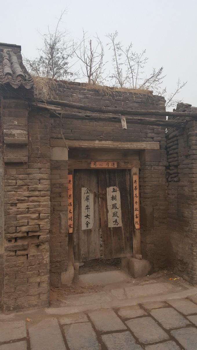 因为时间晚了亦或是游客稀少,这里居然没有检票人员,大门两边的围墙上
