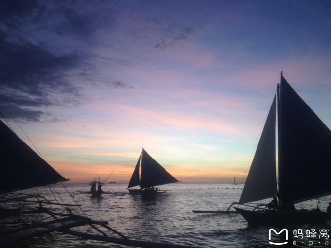 出海的项目是:浮潜--海钓--午餐(puka beach)--浮潜--降落伞--帆船