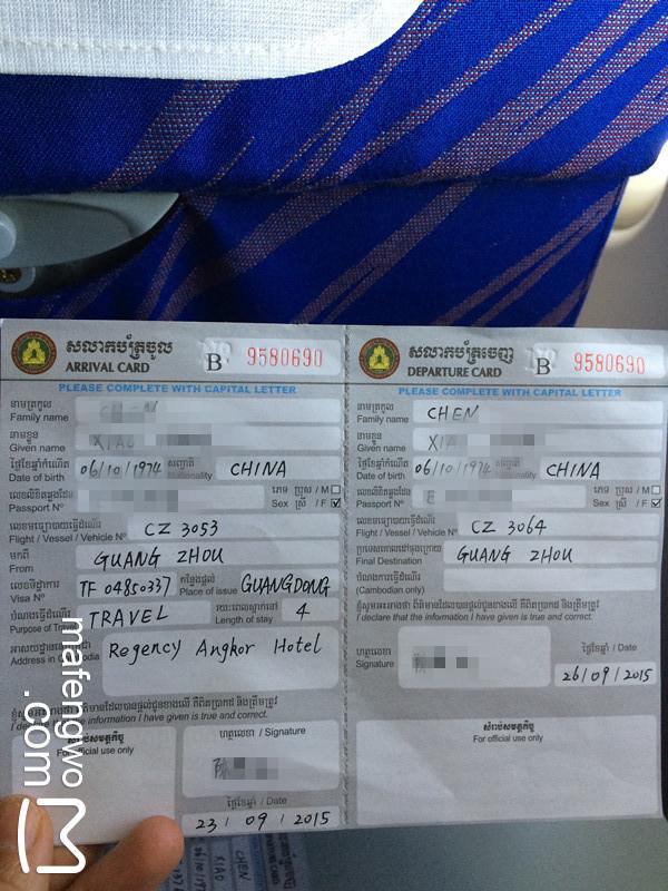 登上飞机不久,空姐就会发入境单和申报单