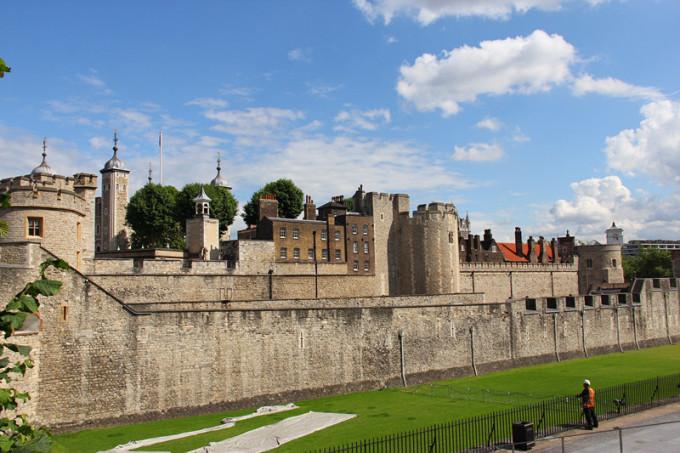 """河北岸,走路就可以过去,它原是一座天主教本笃会隐修院,始建于公元960年,1045年进行了扩建,1065年建成,1220年至1517年进行了重建。1540年之后,成为圣公会教堂。宏伟壮观的威斯敏斯特教堂是英国的圣地,在英国众多的教堂中地位显赫,可以 说是英国地位最高的教堂。除了王室成员,英国许多领域的伟大人物也埋葬在此。英国人因此把威斯敏斯特教堂称为""""荣誉的宝塔尖"""",认为死后能在这里占据一席之地,是至高无上的光荣。其中著名的""""诗人角""""就位于教堂中央往南的甬道上。在这"""